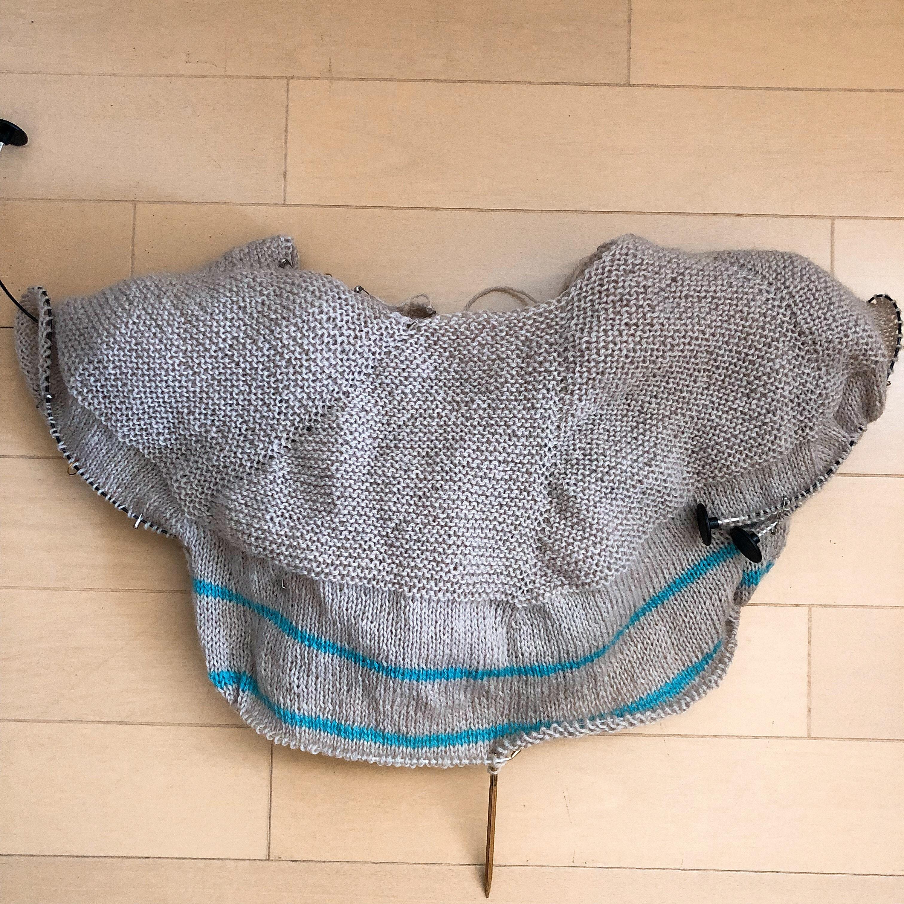 編みかけのカーディガン