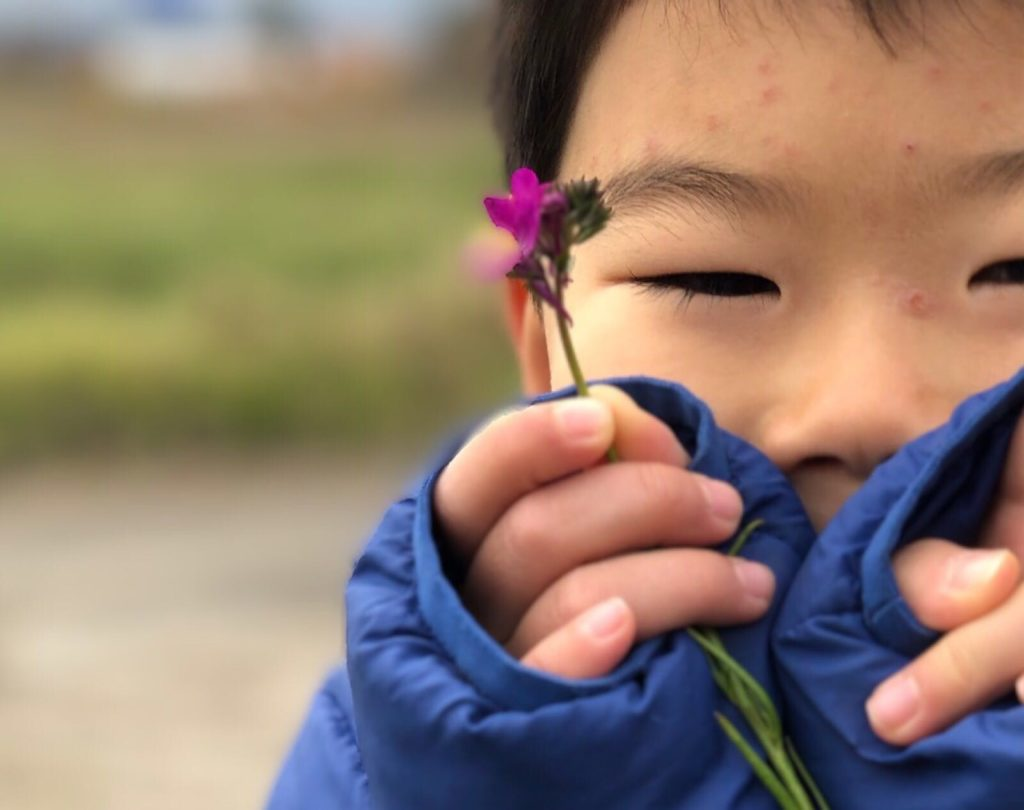 お花と長男Tくん