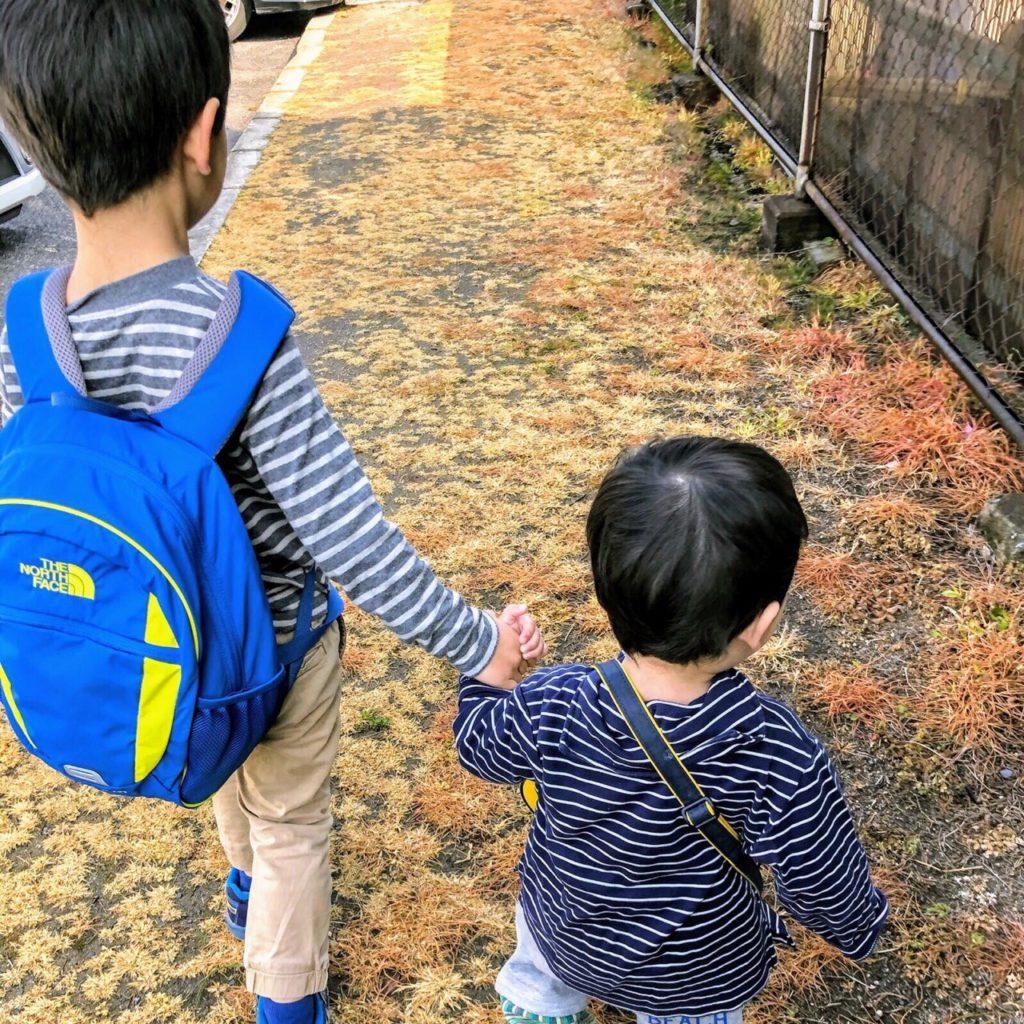 保育園に登園する兄弟