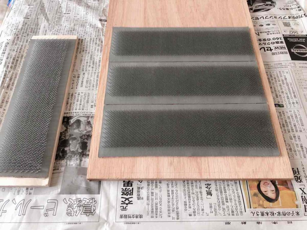 板に針布を貼る。