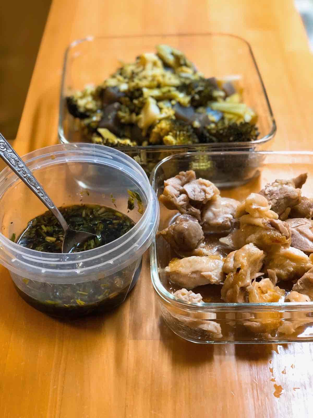 焼いた鶏モモ肉と、ゆでたブロッコリー