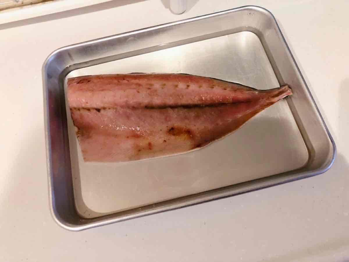 魚をブライン液に漬ける