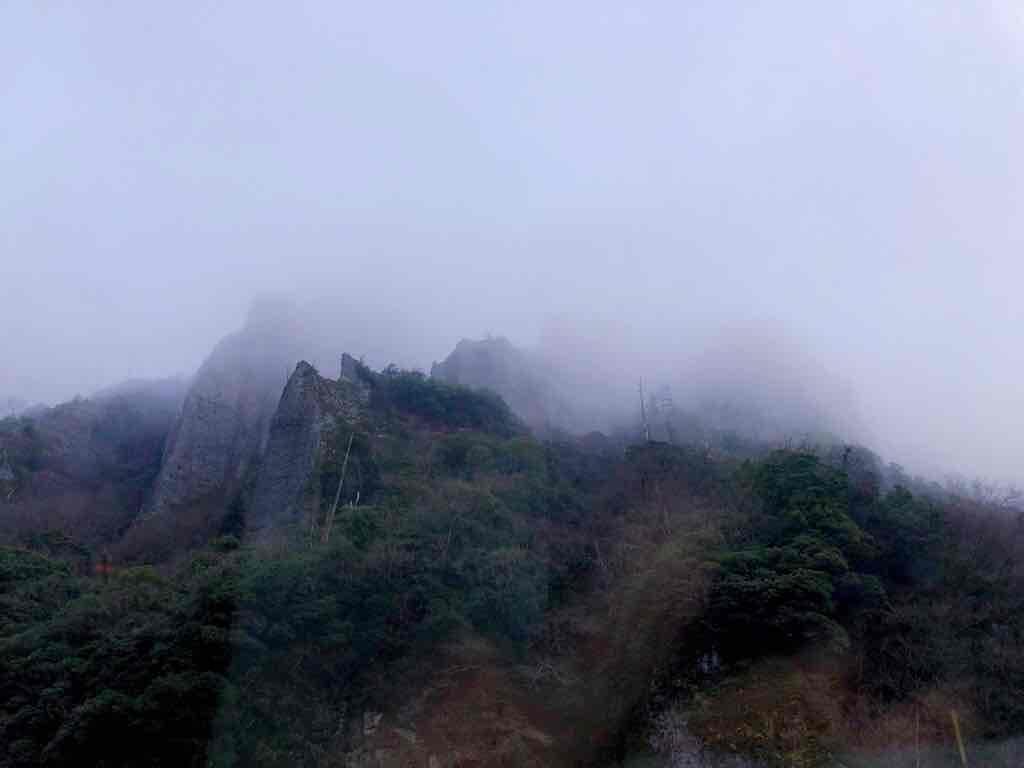 朝もやに包まれた立久恵峡